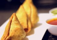A photo of samosas