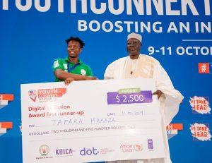 Tafara Makaza accepting a prize at the YouthConnekt Africa Summit in Rwanda